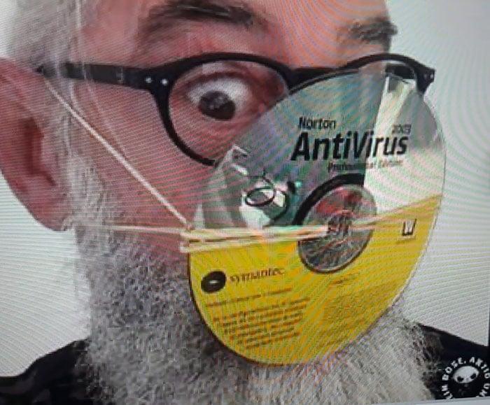 мужчина с диском на лице вместо маски