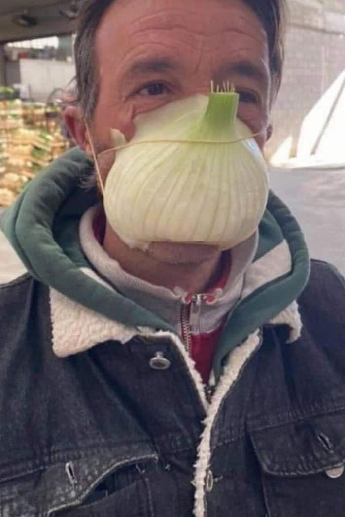 мужчина с луком на носу