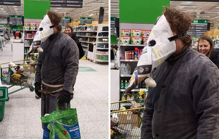 мужчина в колпаке из газеты в супермаркете