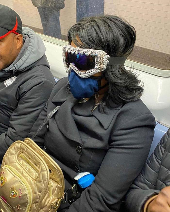 женщина в маске и очках в вагоне метро