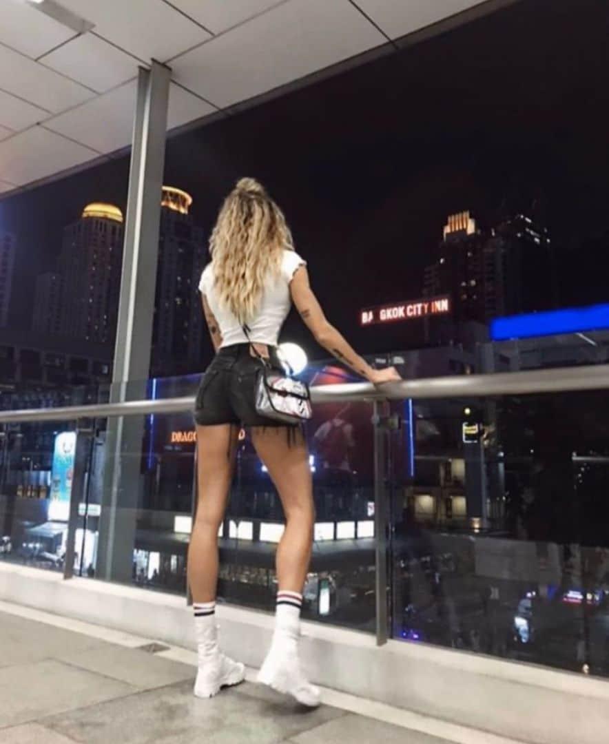 muzhchin-108santimetrovymi-nogami-krasivye-fotografii-neobychnye-fotografii