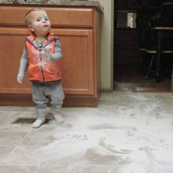 ребенок рассыпал в кухне муку