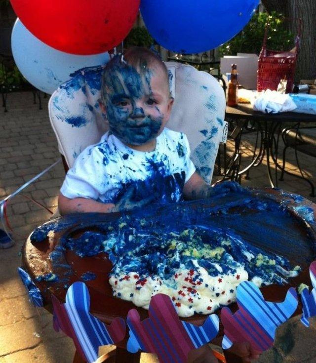 мальчик запачкался тортом