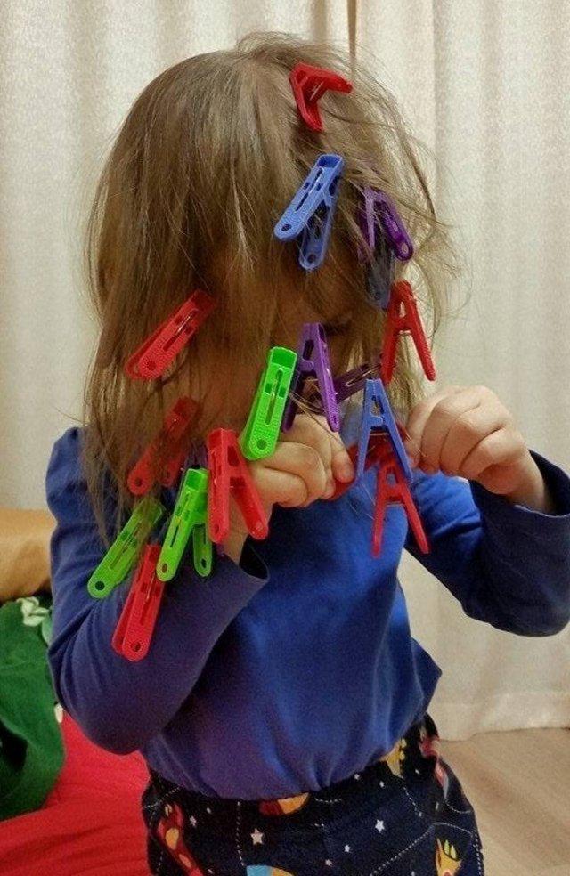 девочка с прищепками в волосах