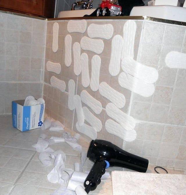 прокладки на стене ванной