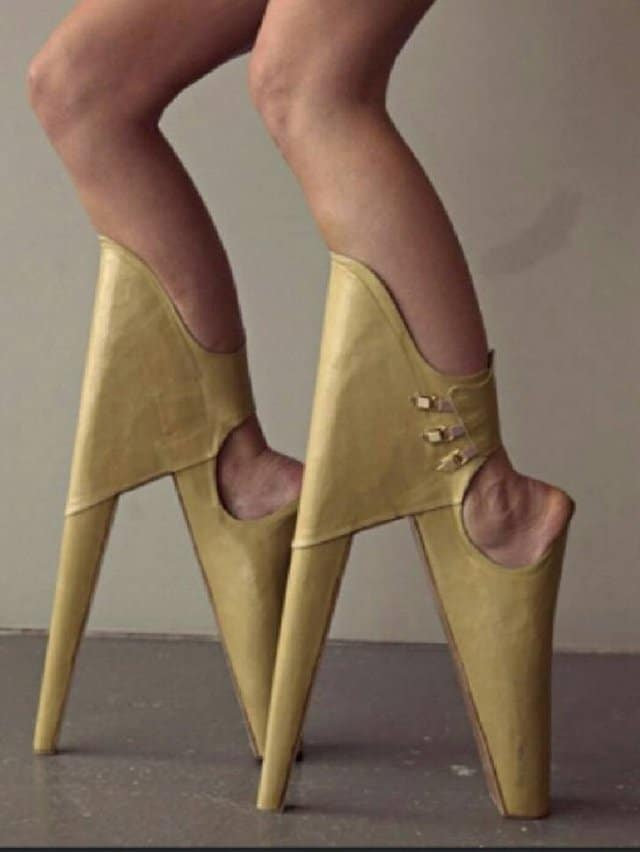 девушка в странной обуви на высоких каблуках