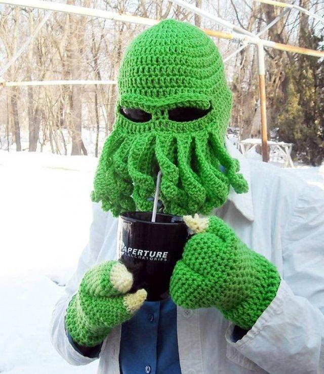 человек в зеленой вязаной шапке и перчатках