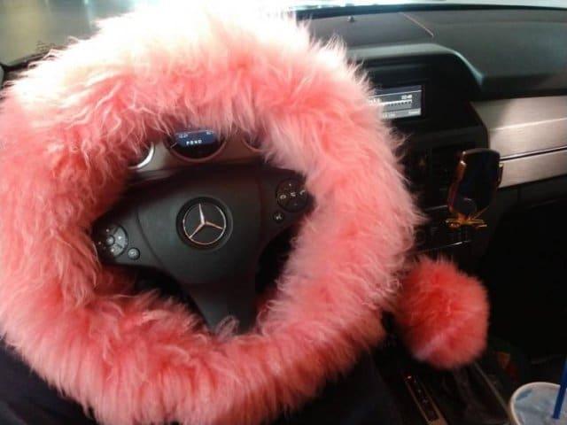 розовая меховая накидка на руле автомобиля