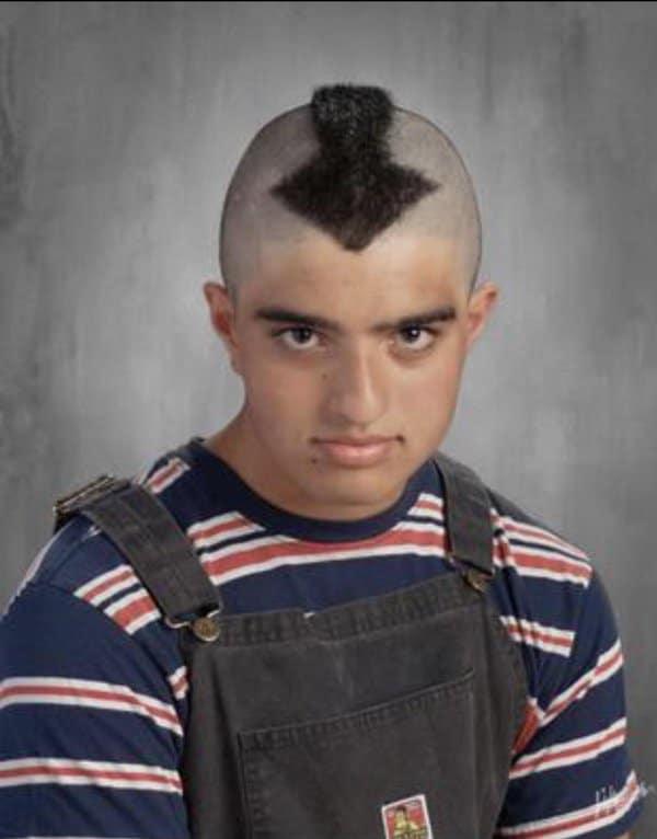 парень со стрелкой из волос на голове