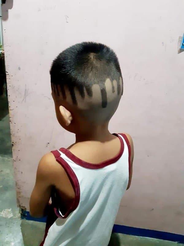 мальчик стоит спиной к камере