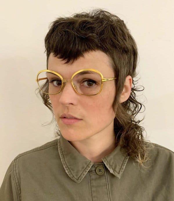 парень в очках с желтой оправой