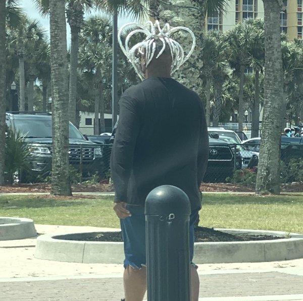 афроамериканец с белыми косичками