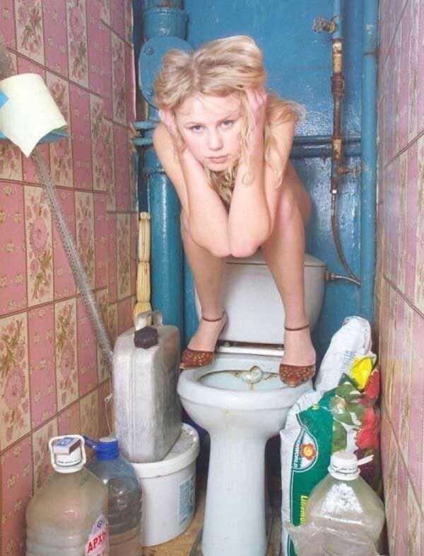 блондинка сидит с ногами на унитазе