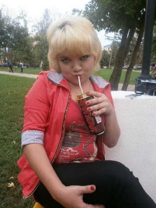 блондинка пьет напиток через трубочку