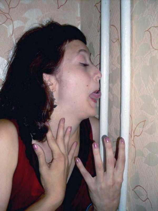 женщина облизывает трубу