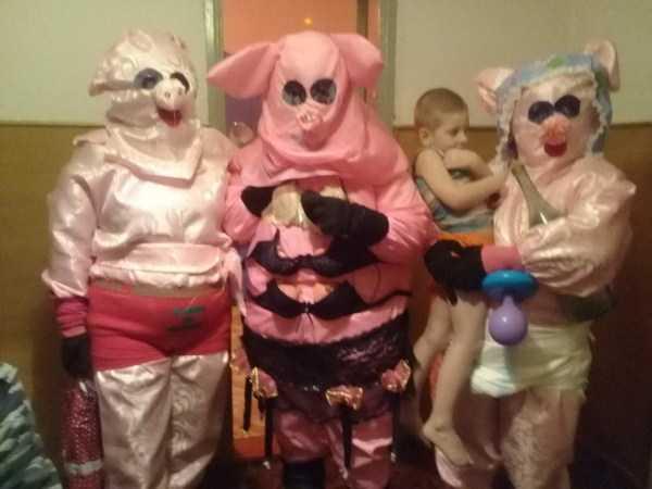 люди в костюмах свиней