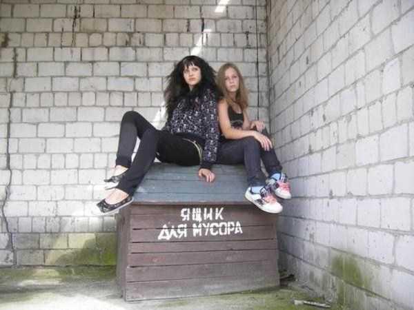 две девушки сидят на ящике