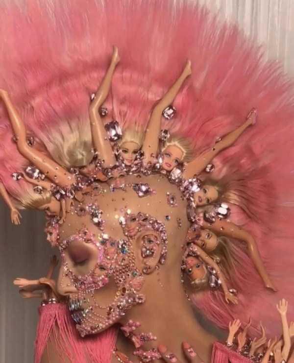 девушка с розовым ирокезом