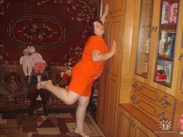 женщина облокотилась на шкаф
