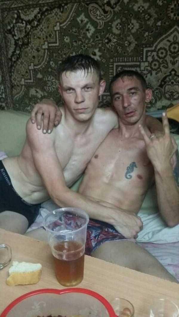парни сидят на диване в нижнем белье