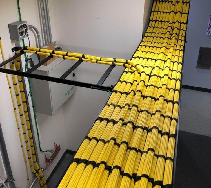 желтые кабели