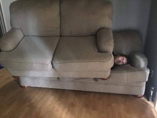 парень спит на диване под другим диваном