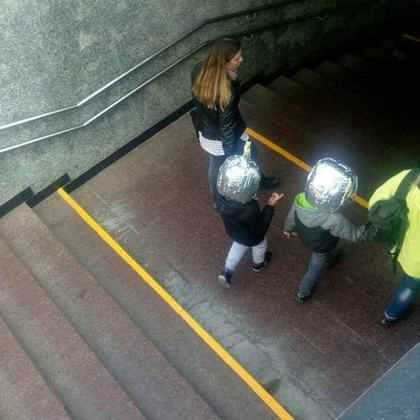 девушка с двумя детьми в подземном переходе