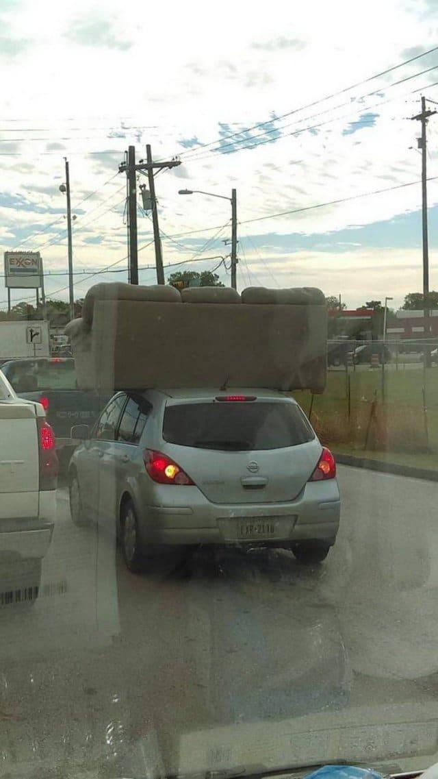 диван на крыше легкового авто
