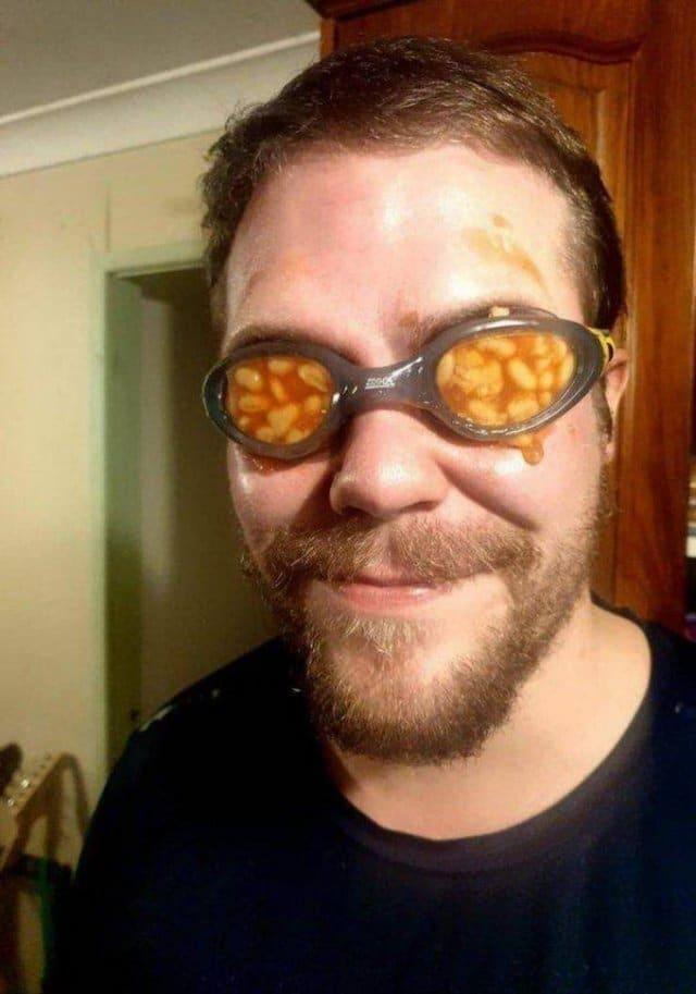 мужчина в очках с фасолью