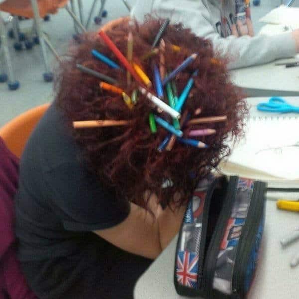 карандаши в волосах