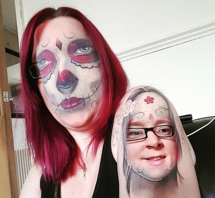 девушка с красными волосами в очках