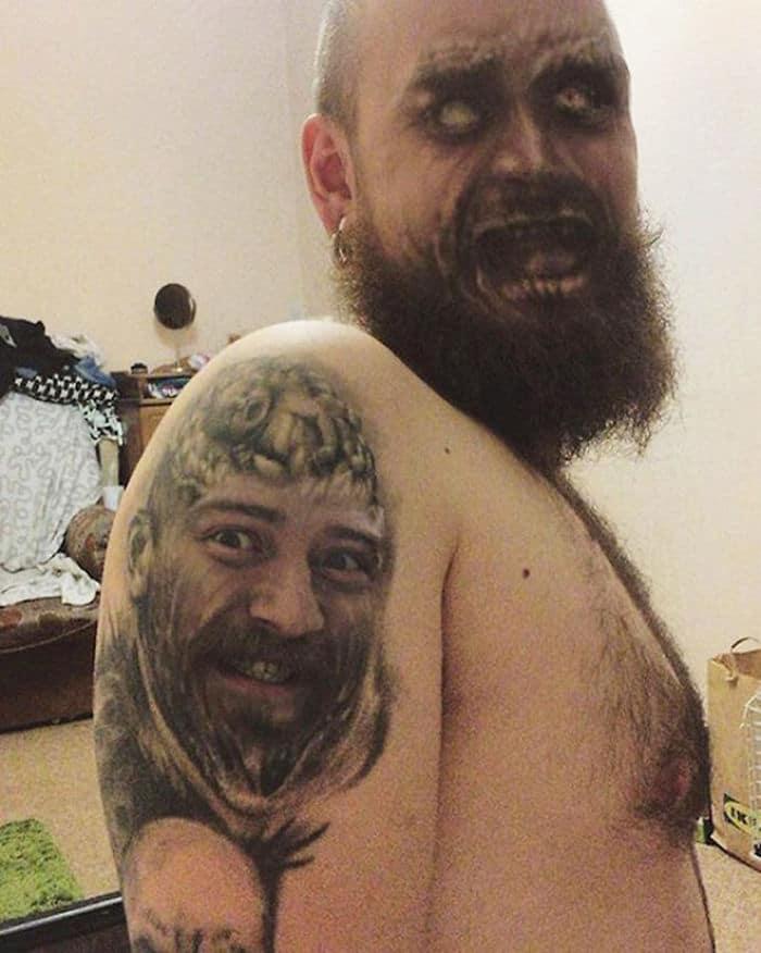 бородатый мужчина с тату на плече