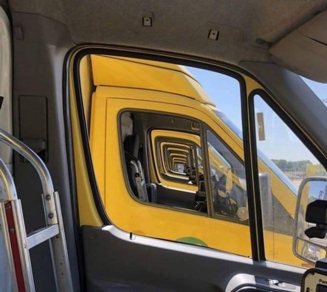желтые кабины автобусов