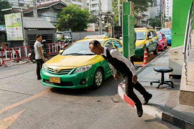 мужчина падает на тротуаре
