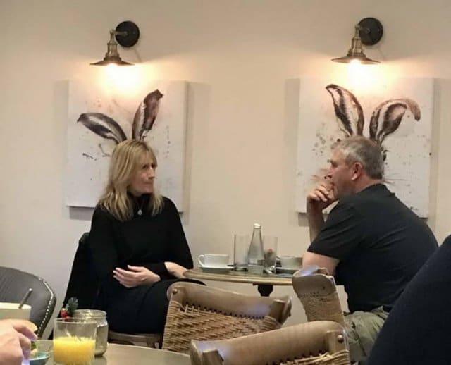 мужчина и женщина за столиком в кафе