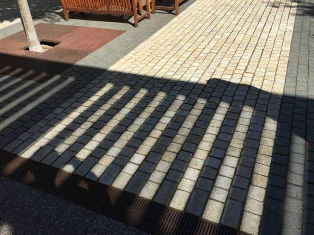 тень от забора на тротуаре