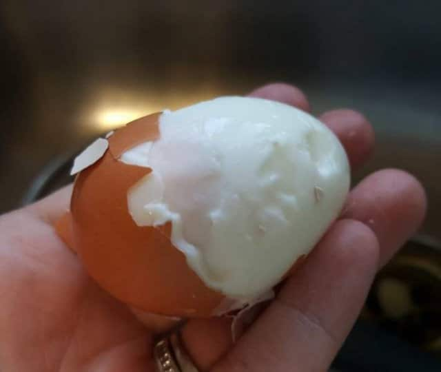вареное яйцо в руке