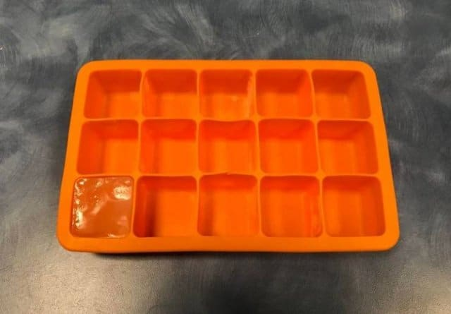 кубик льда в оранжевой формочке