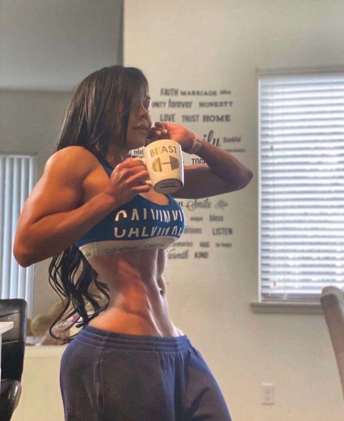 спортивная девушка с чашкой в руке