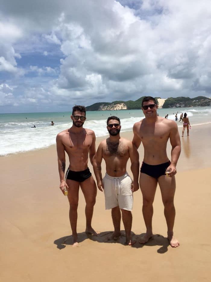 трое парней на пляже