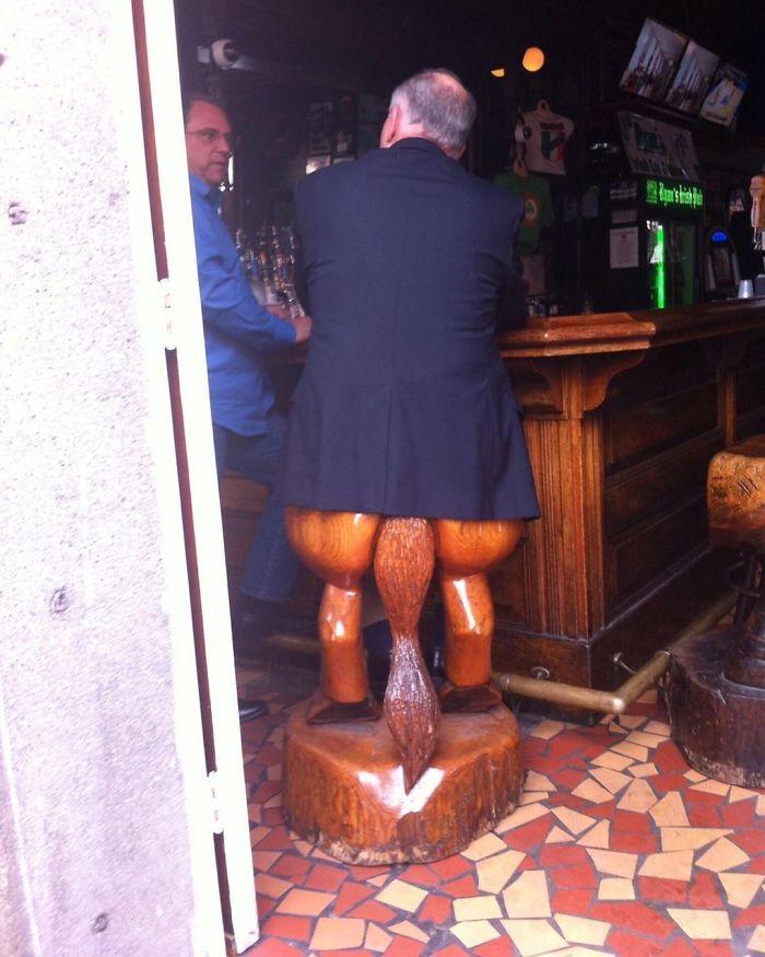 мужчина сидит в баре