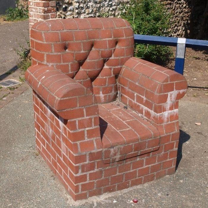 кресло из кирпичей