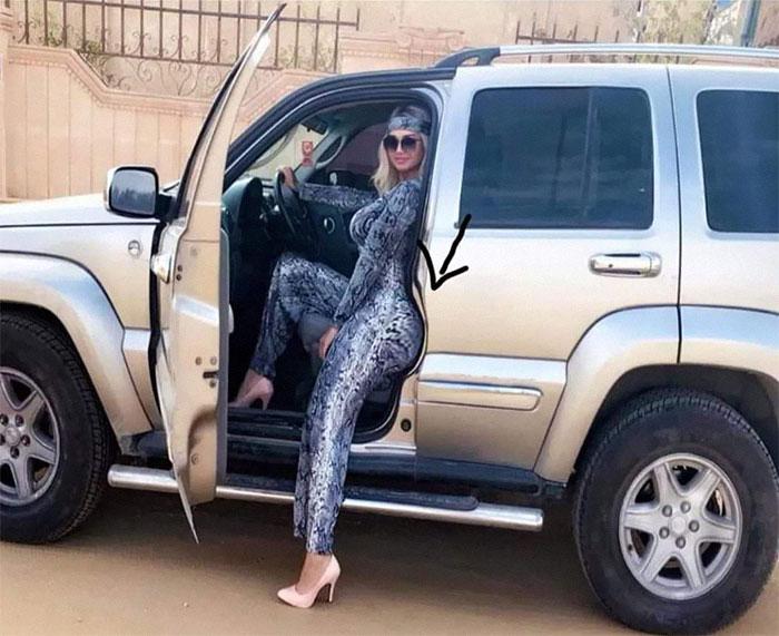 девушка сидит за рулем автомобиля