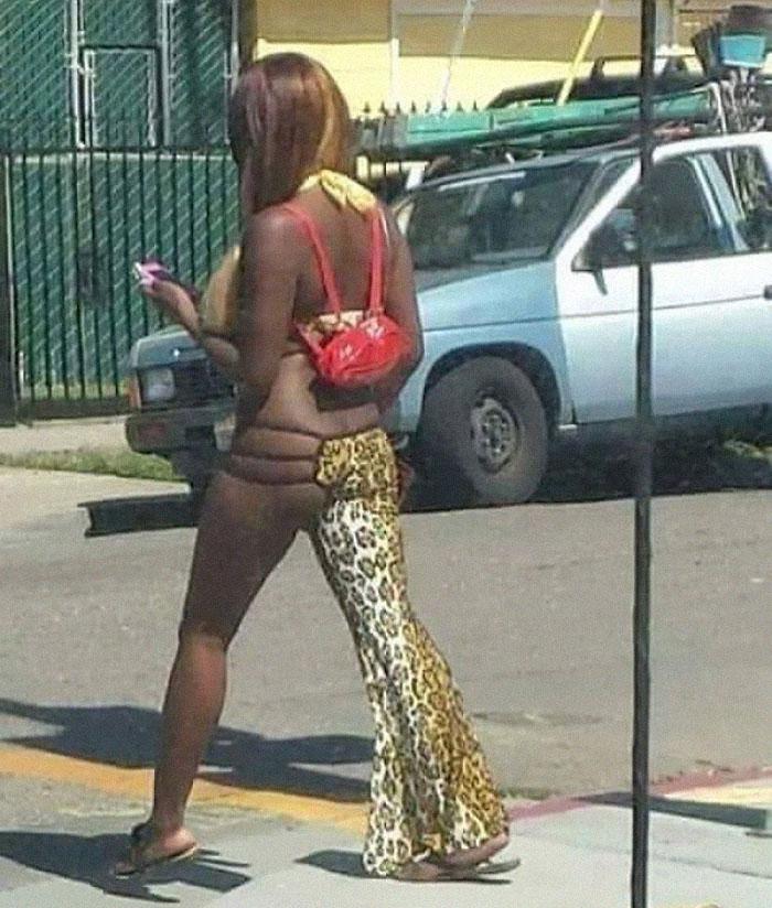 афроамериканка в леопардовых штанах