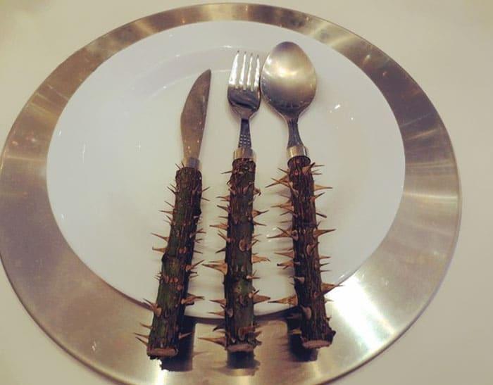 нож, вилка и ложка на тарелке