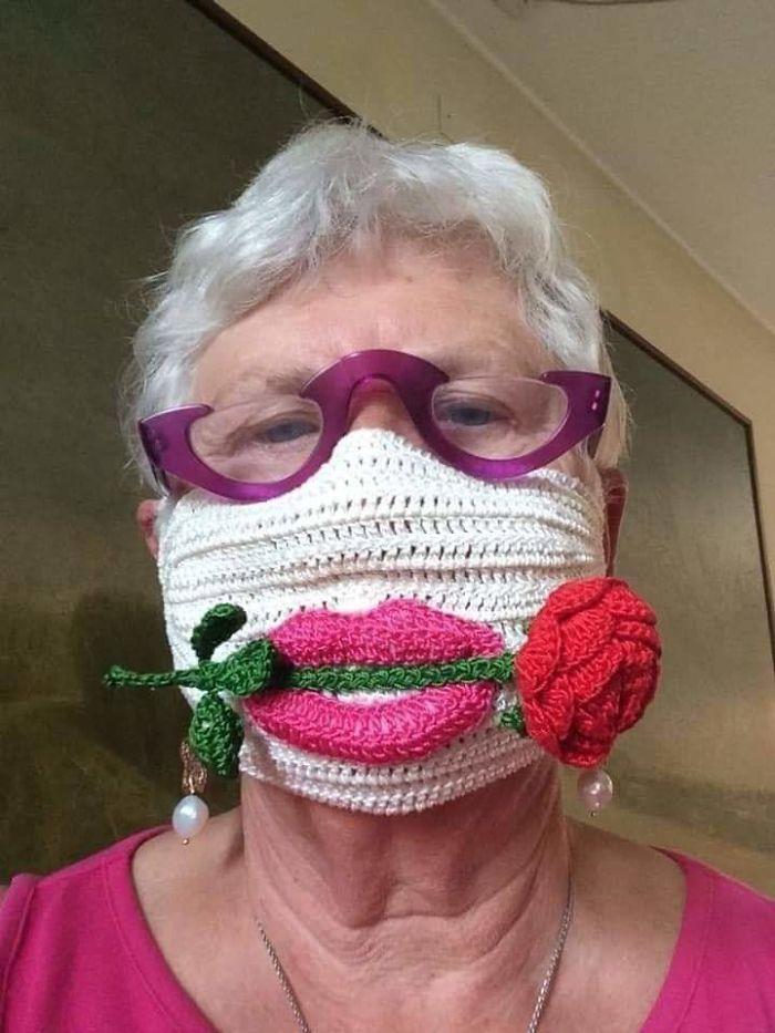 женщина в очках и маске