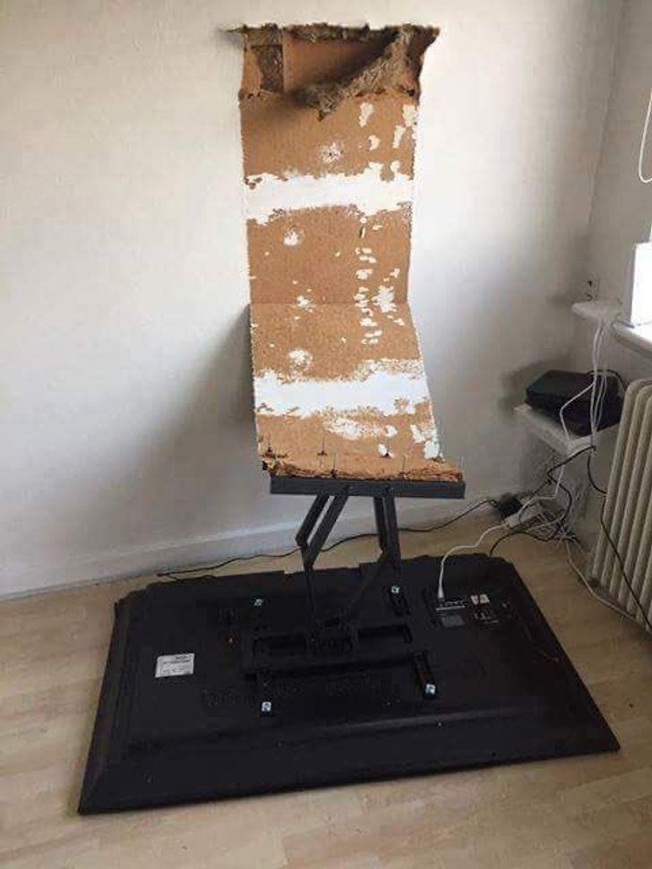 телевизор упал со стены