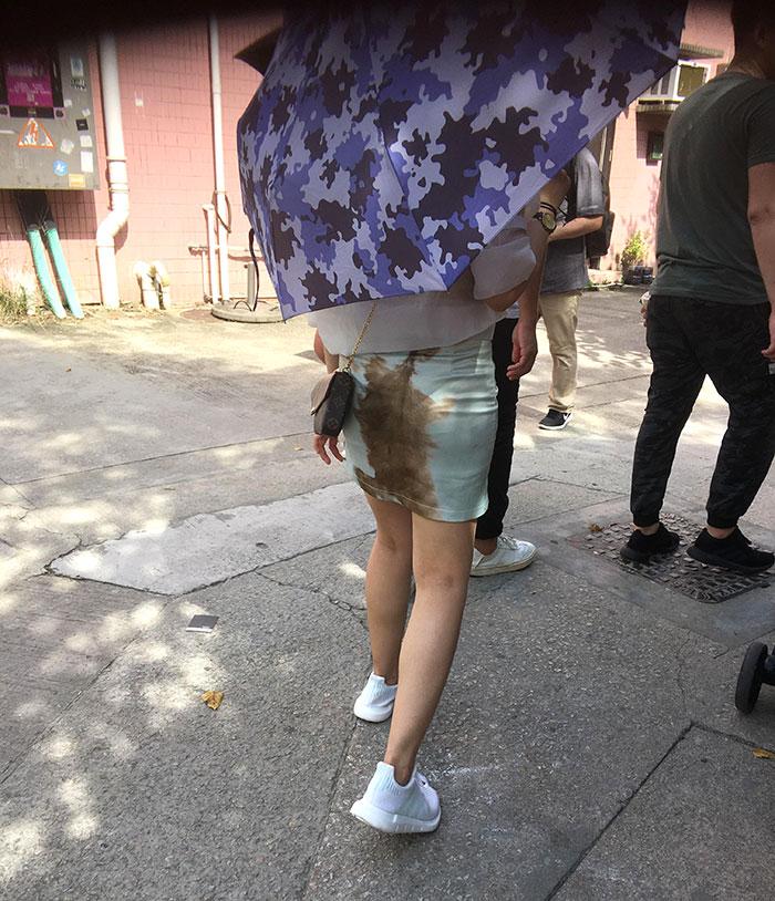 девушка под зонтом на улице