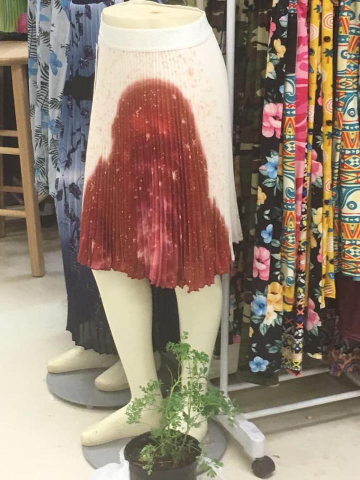 белая юбка с красным пятном на манекене