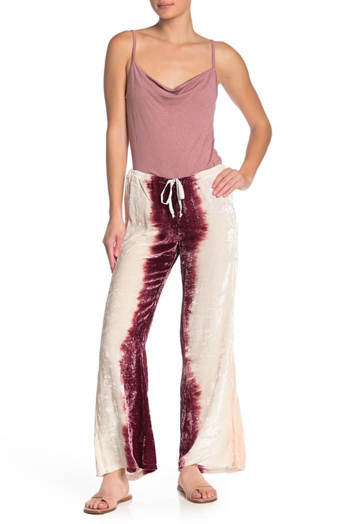 девушка в бело-красных штанах